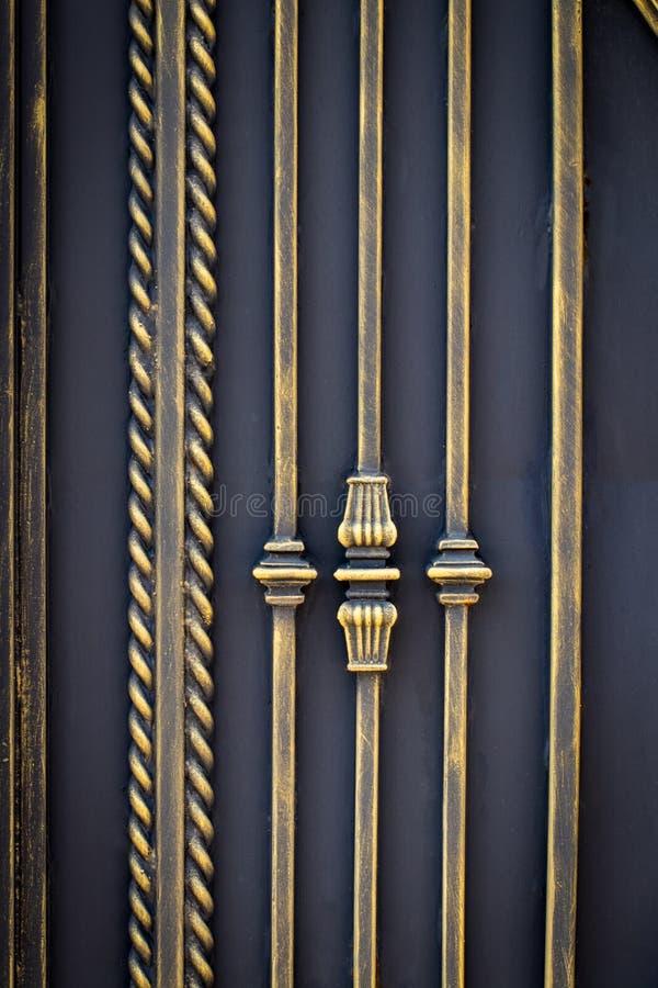 De mooie decoratieve poorten van het metaalelementen gesmede smeedijzer stock foto