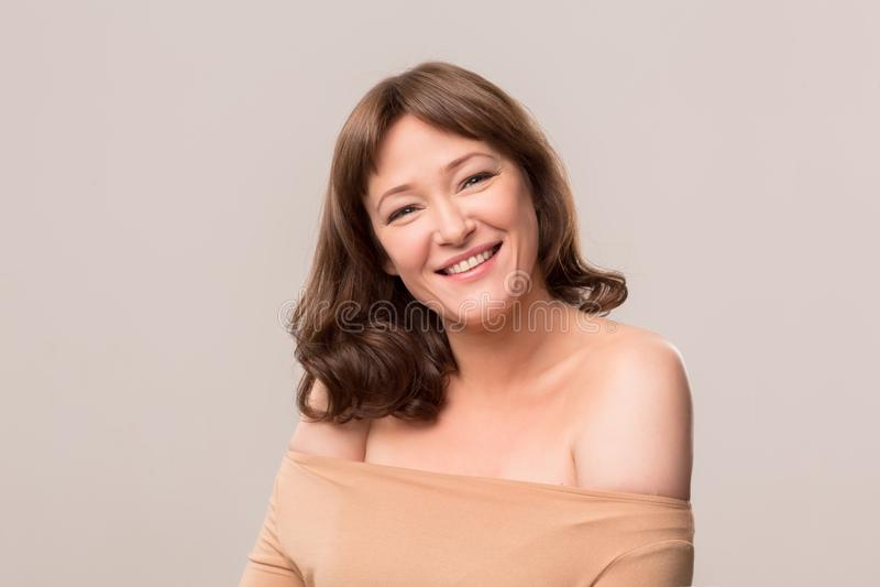 De mooie dichte omhooggaande studio van het vrouwengezicht op wit royalty-vrije stock foto