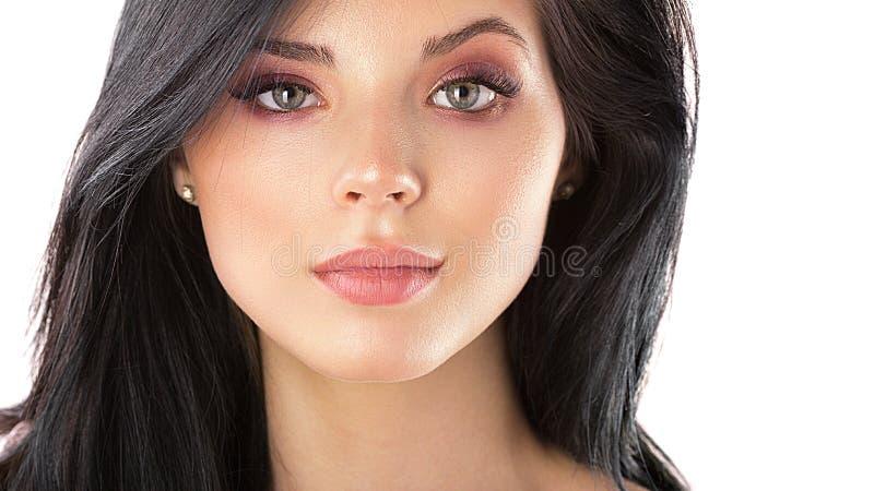 De mooie dichte omhooggaande studio van het vrouwengezicht op wit stock afbeelding