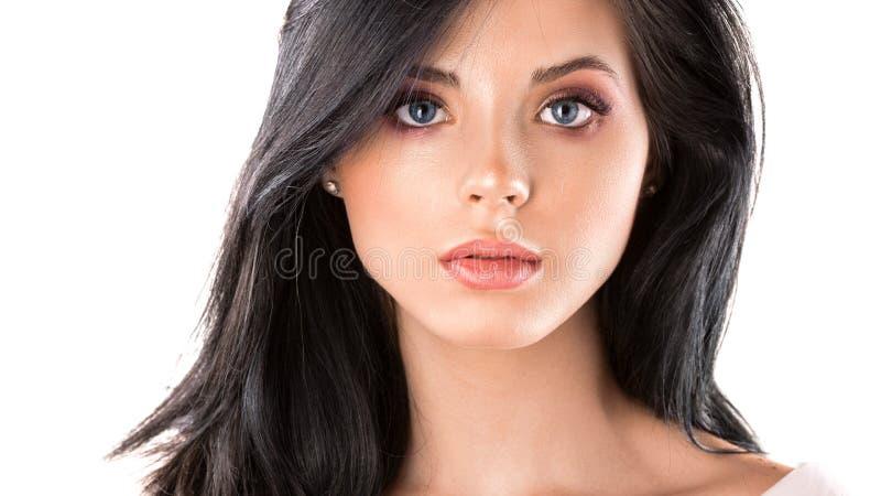 De mooie dichte omhooggaande studio van het vrouwengezicht op wit royalty-vrije stock foto's