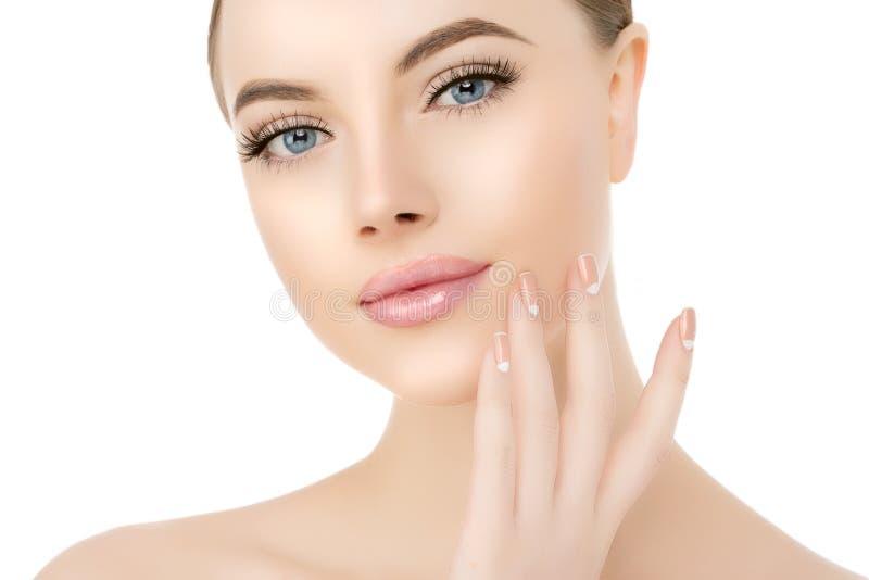 De mooie dichte omhooggaande studio van het vrouwengezicht op wit Beauty spa model stock fotografie