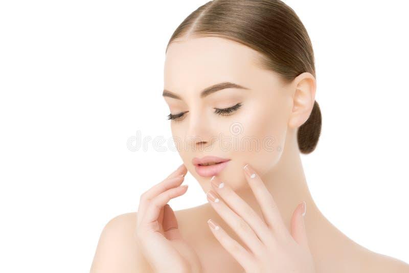 De mooie dichte omhooggaande studio van het vrouwengezicht op witte Beauty spa modelf stock foto