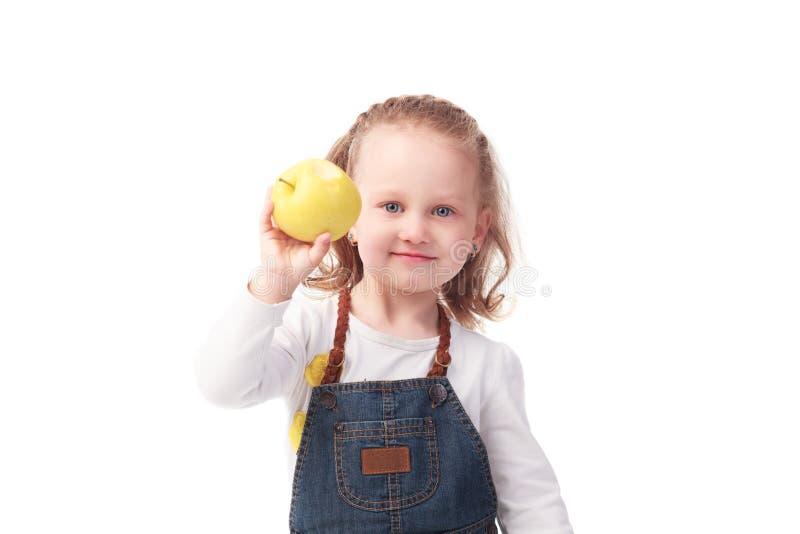 De mooie die appel van de meisjeholding op wit wordt geïsoleerd stock afbeeldingen