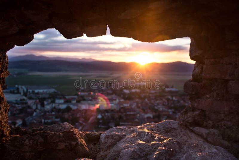 De mooie die Rasnov-stad door een liitlevenster wordt gezien van de Vesting van Rasnov royalty-vrije stock afbeeldingen