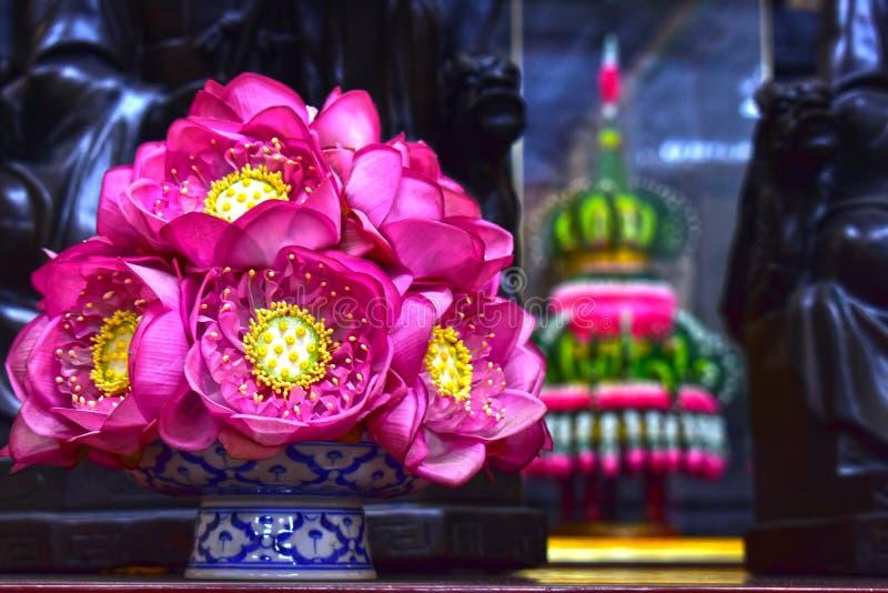 De mooie die vaas van de lotusbloembloem op de lijst wordt geplaatst, royalty-vrije stock foto