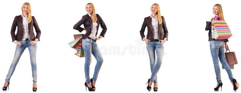 De mooie die vrouw met het winkelen zakken op wit wordt geïsoleerd stock foto's