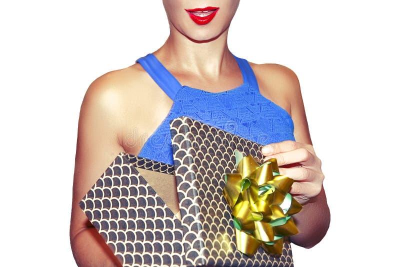 De mooie die vrouw opent giftdoos op wit close-up wordt geïsoleerd als achtergrond Modieus meisje met gift royalty-vrije stock afbeelding
