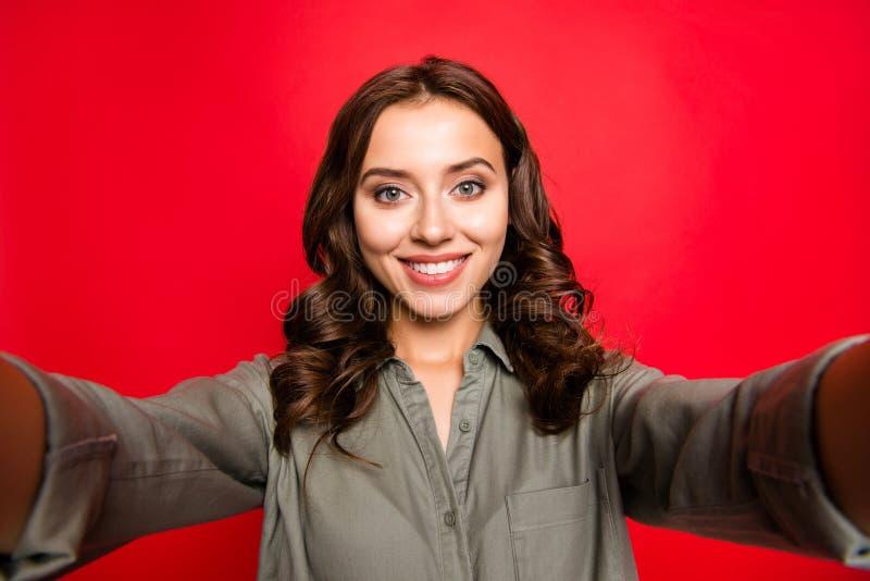 De mooie, dromerige, charmante, mooie, leuke, zoete vrouw neemt selfie royalty-vrije stock fotografie
