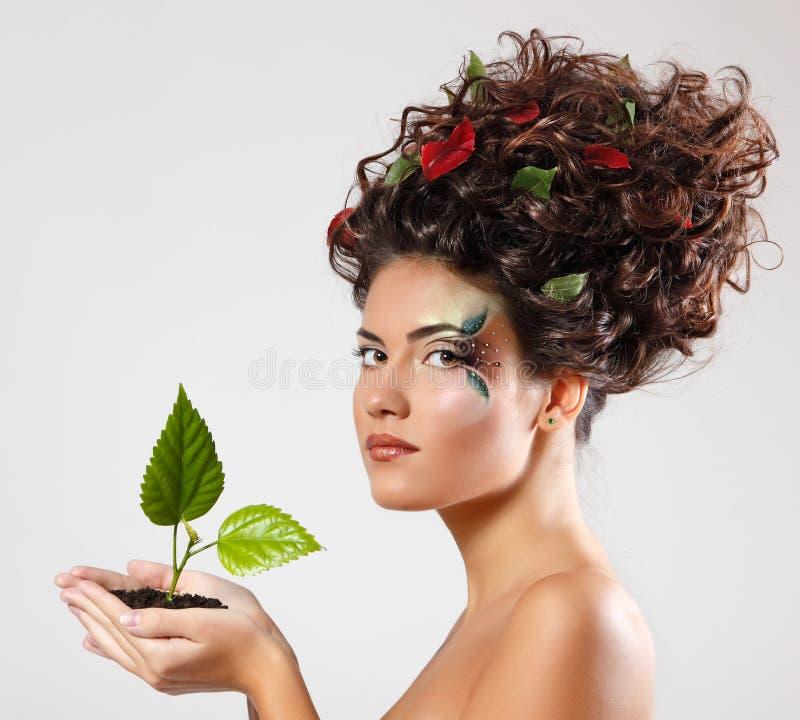 De mooie ecologie van het tienermeisje met groene boomspruit royalty-vrije stock fotografie