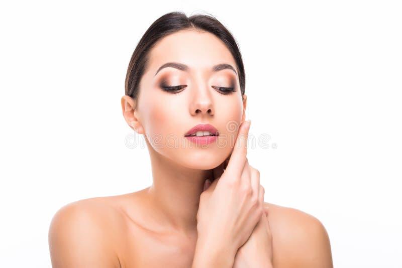 De mooie elegante jonge vrouw met natuurlijke naakt maakt omhoog Professionele make-up, perfecte huid op witte achtergrond stock foto