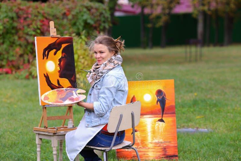 De mooie Europese verschijningskunstenaar houdt palet en borstelt a royalty-vrije stock afbeelding