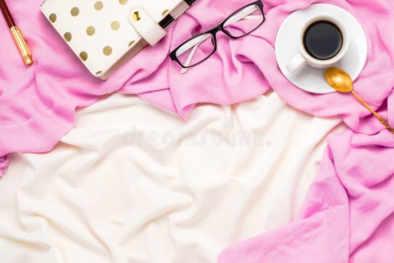 De mooie flatlay regeling met een kop van zwarte koffie met lepel, glazen, stippelde ontwerper en pen in bed royalty-vrije stock foto's