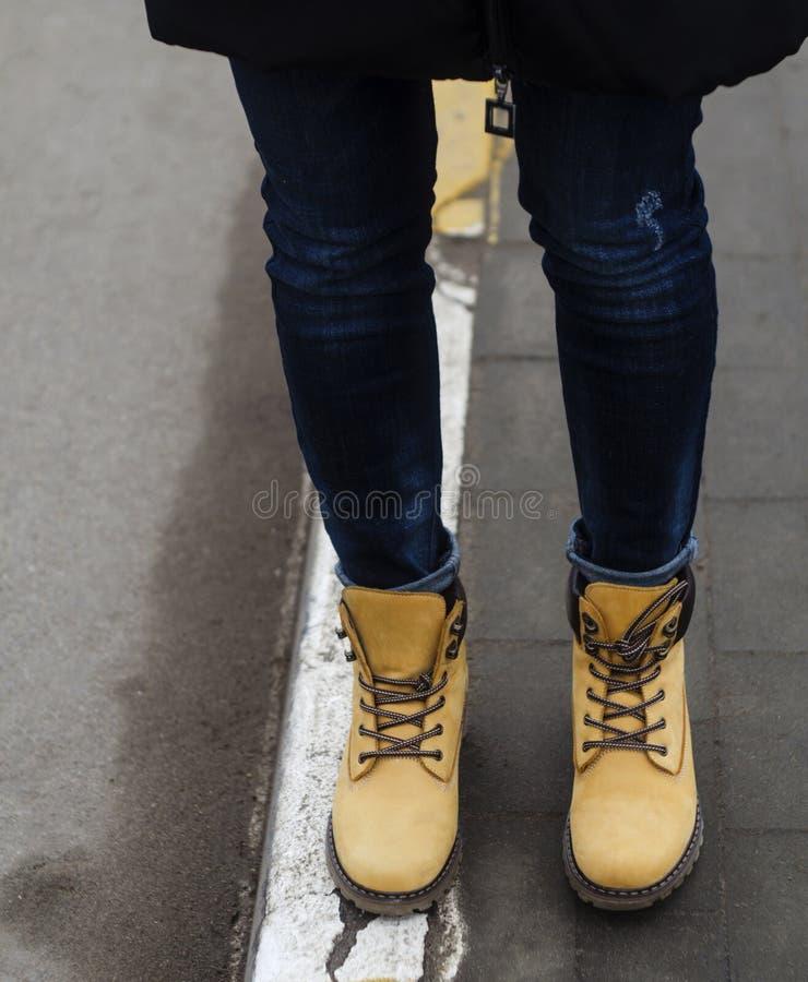 De mooie gele schoenen van de vrouwenwinter royalty-vrije stock foto
