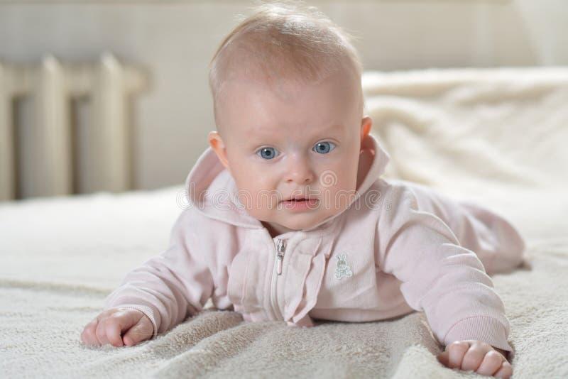 De mooie gelukkige baby na bad bekijkt de camera royalty-vrije stock fotografie