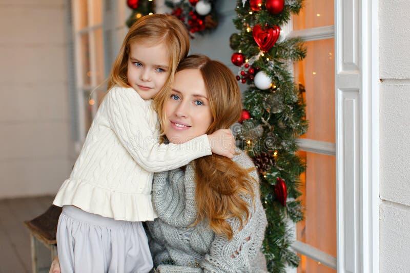 De mooie gelukkige moeder met weinig dochter in breit sweater HU stock afbeeldingen
