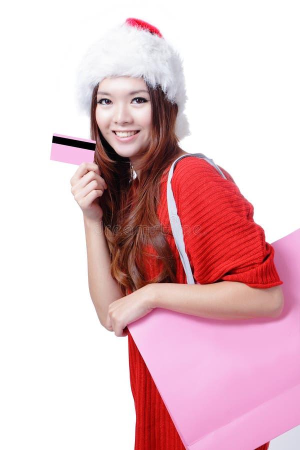De mooie gelukkige vrouw van Kerstmis neemt creditcard royalty-vrije stock afbeeldingen