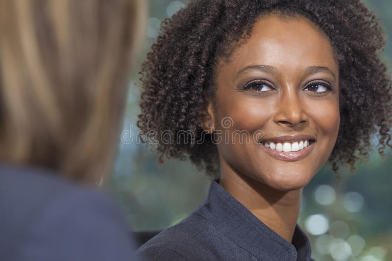 De mooie Gemengde Onderneemster van de Ras Afrikaanse Amerikaanse Vrouw royalty-vrije stock afbeeldingen