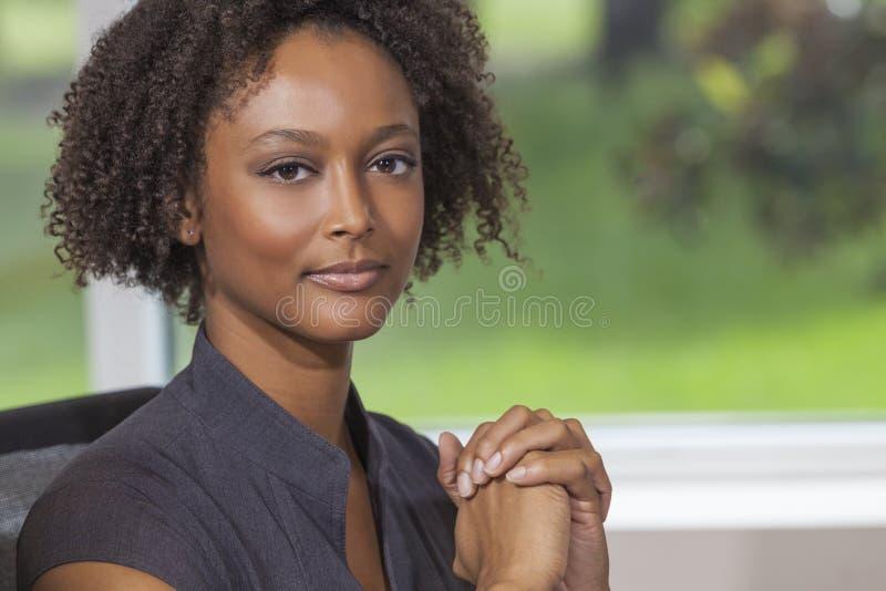 De mooie Gemengde Onderneemster van de Ras Afrikaanse Amerikaanse Vrouw stock fotografie