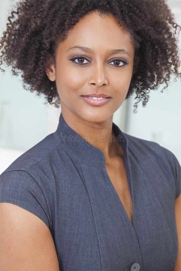 De mooie Gemengde Onderneemster van de Ras Afrikaanse Amerikaanse Vrouw royalty-vrije stock foto