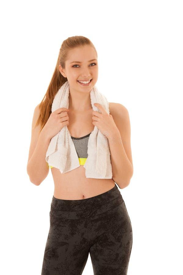 De mooie geschikte vrouw rust na training met handdoek arounf haar die hals over wit wordt geïsoleerd stock afbeelding