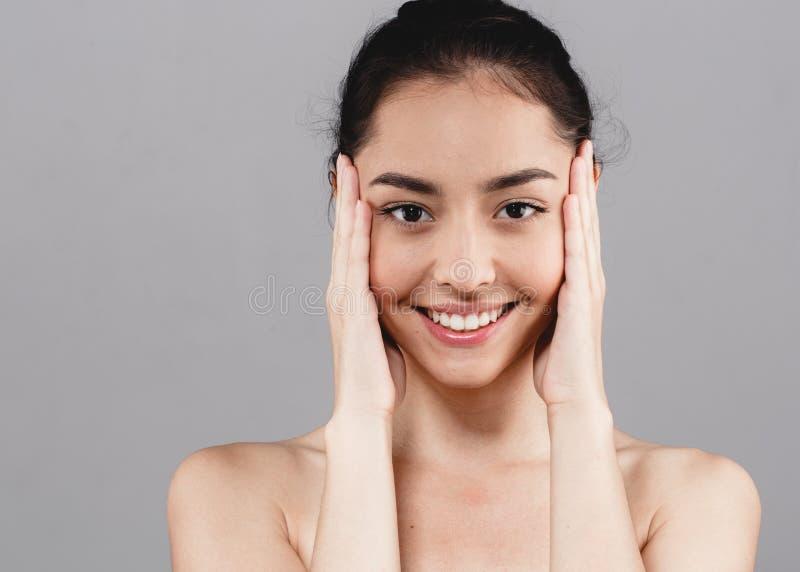 De mooie glimlach van het gezichtstanden van de vrouwen skincare schoonheid met handsclo royalty-vrije stock foto's