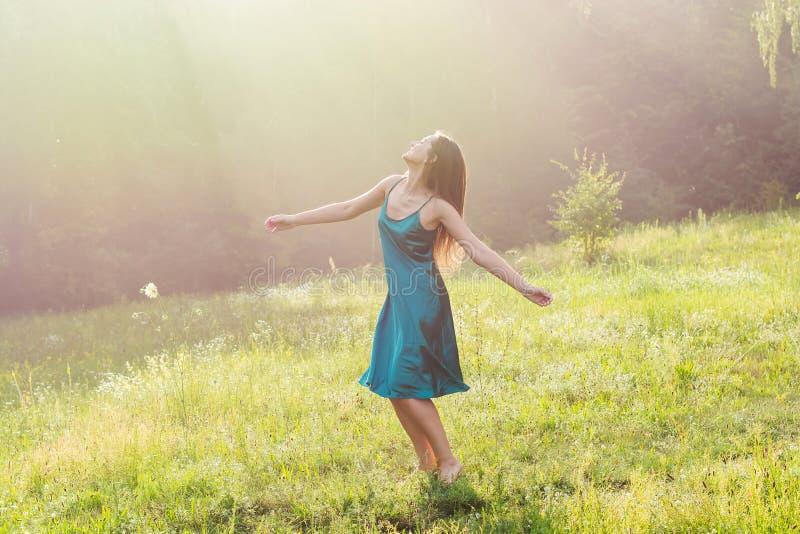 De mooie glimlachende jonge vrouw danst en wervelt blootvoets  royalty-vrije stock fotografie