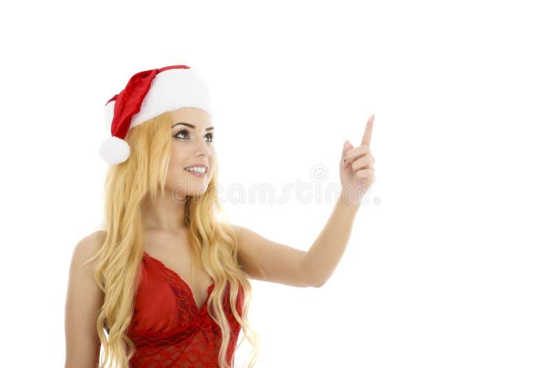 De mooie glimlachende vrouw die van Kerstmissanta het tonen van exemplaar benadrukken royalty-vrije stock afbeeldingen