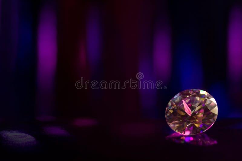 De mooie grote edelsteen van diamantjuwelen op kleurrijke donkere achtergrond royalty-vrije stock afbeeldingen
