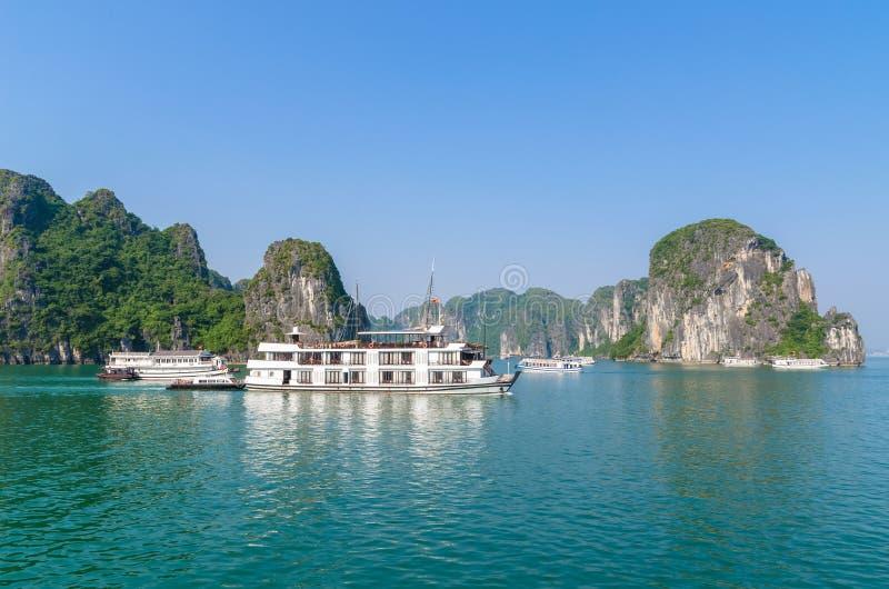 De mooie Halong-mening van het Baailandschap in Vietnam royalty-vrije stock afbeeldingen