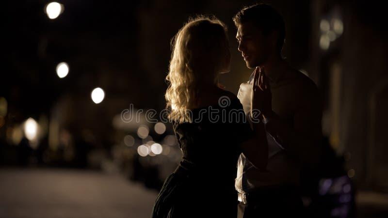 De mooie handen van de paarholding en het naderbij komen aan kus, romantische datum, liefde royalty-vrije stock afbeelding