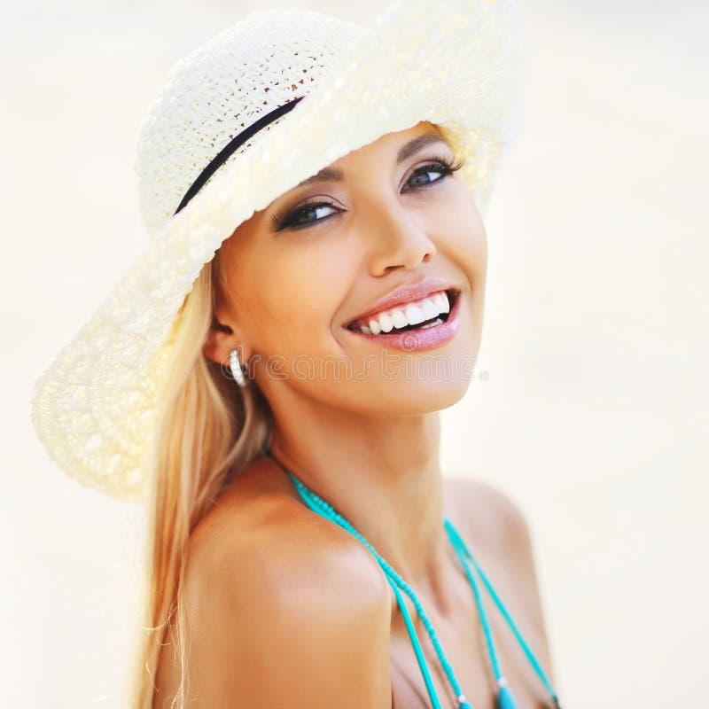 De mooie het glimlachen close-up van het vrouwengezicht - perfecte huid stock foto's