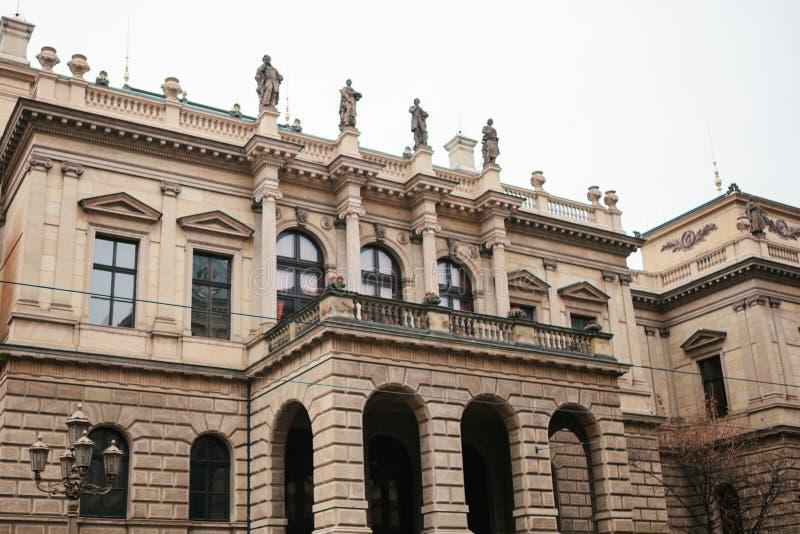 De mooie historische bouw in Praag met balkon, kolommen en beeldhouwwerken die zich bij de bovenkant bevinden Tsjechische archite royalty-vrije stock afbeeldingen