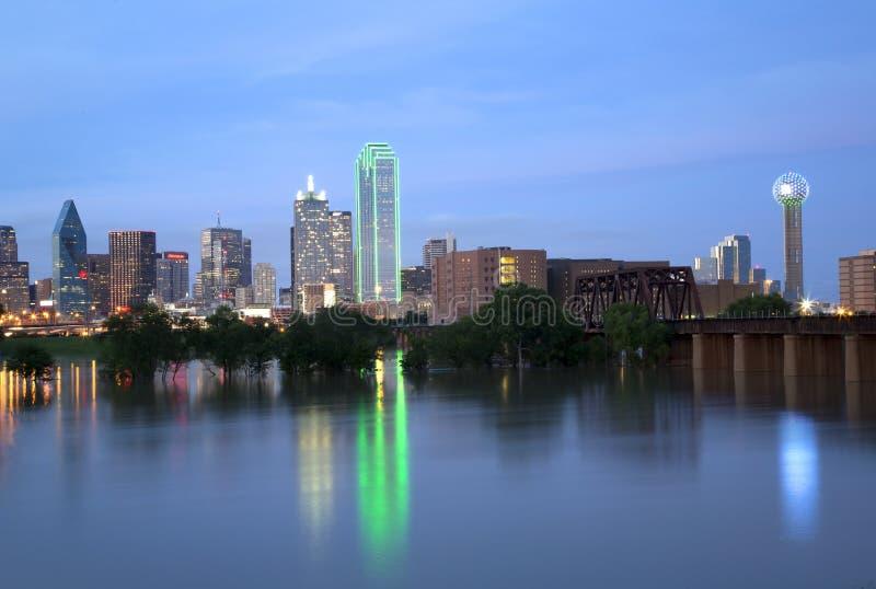 De mooie horizon van stadsdallas bij nacht stock foto's