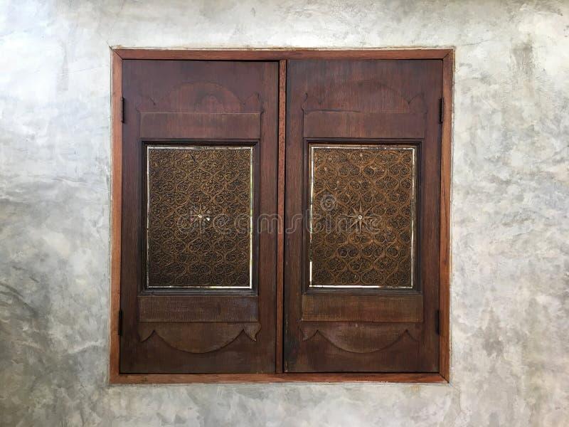 De mooie houten achtergrond van de venstertextuur op cementmuur royalty-vrije stock foto's