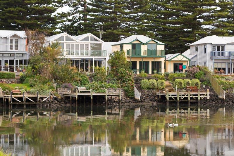 De mooie huizen van de waterkant langs de Moyne-Rivier in Port Fairy, stock fotografie