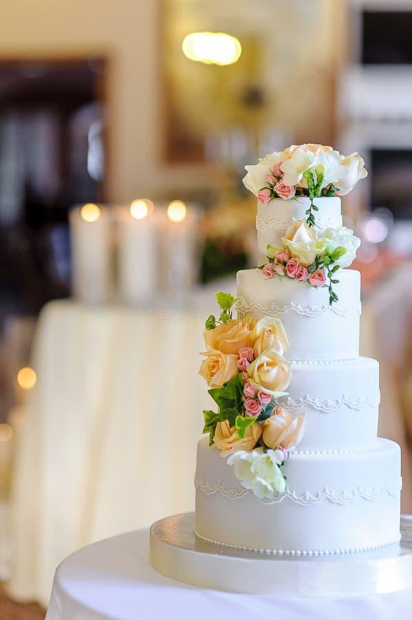 De mooie huwelijkscake, sluit omhoog van cake en vertroebelt achtergrond, Se royalty-vrije stock afbeelding