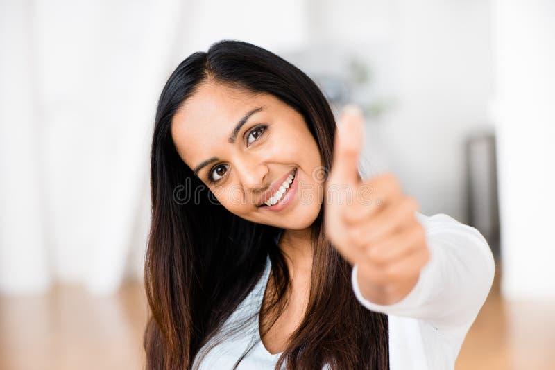 De mooie Indische vrouw beduimelt omhoog het gelukkige glimlachen royalty-vrije stock afbeelding