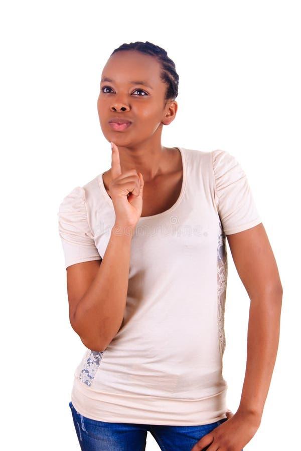 De mooie jonge Afrikaanse zwarte denkt stock foto