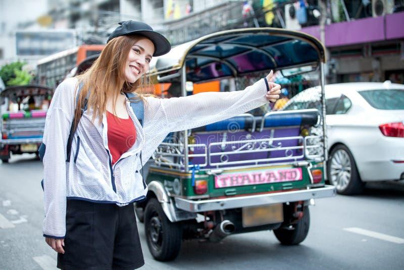 de mooie Jonge Aziatische reiziger die van de vrouwentoerist met backpa glimlachen royalty-vrije stock afbeeldingen