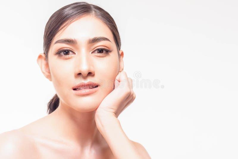 De mooie jonge Aziatische vrouw met duidelijke verse huid raakt haar eigen gezicht Gezichtsbehandeling, huidreinigingsmiddel, de  royalty-vrije stock afbeelding