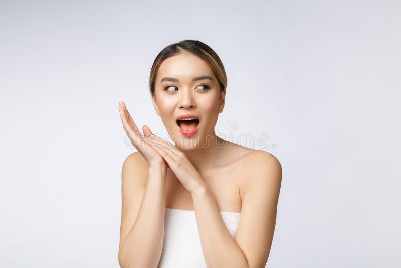 De mooie Jonge Aziatische Vrouw met Schone Verse Huid kijkt Het gezichtszorg van de meisjesschoonheid Gezichtsbehandeling De kosm stock foto's
