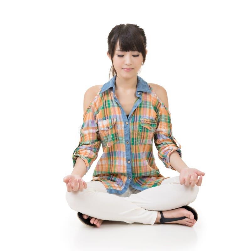 De mooie jonge Aziatische vrouw in yoga stelt stock afbeeldingen