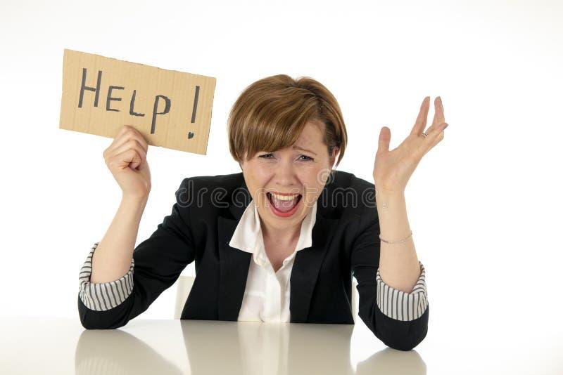 De mooie jonge bedrijfsvrouw overweldigt en wanhopige holding een hulpteken stock foto