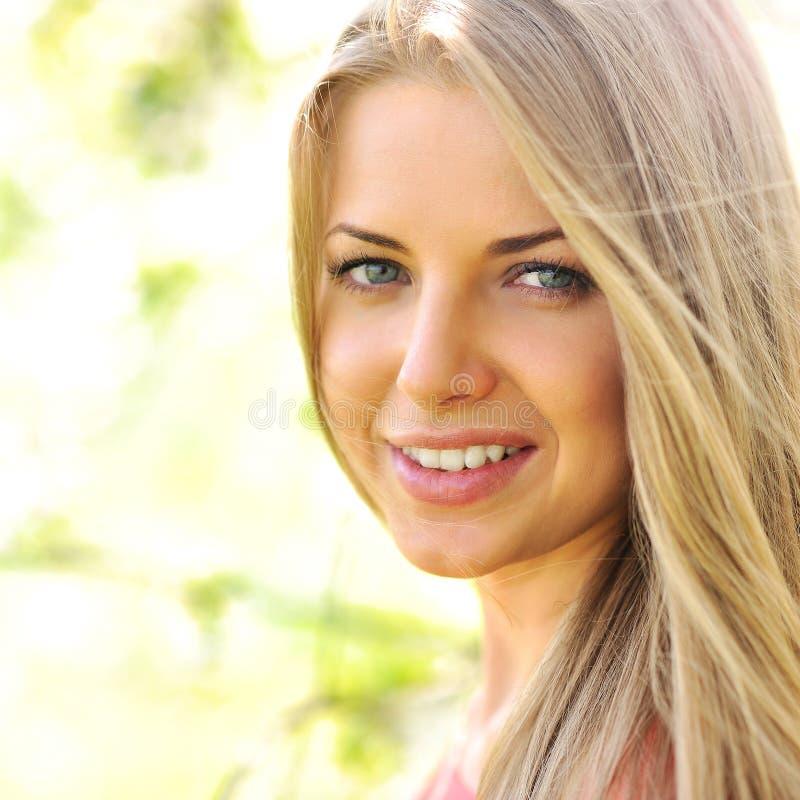 De mooie jonge close-up van het vrouwengezicht royalty-vrije stock foto's