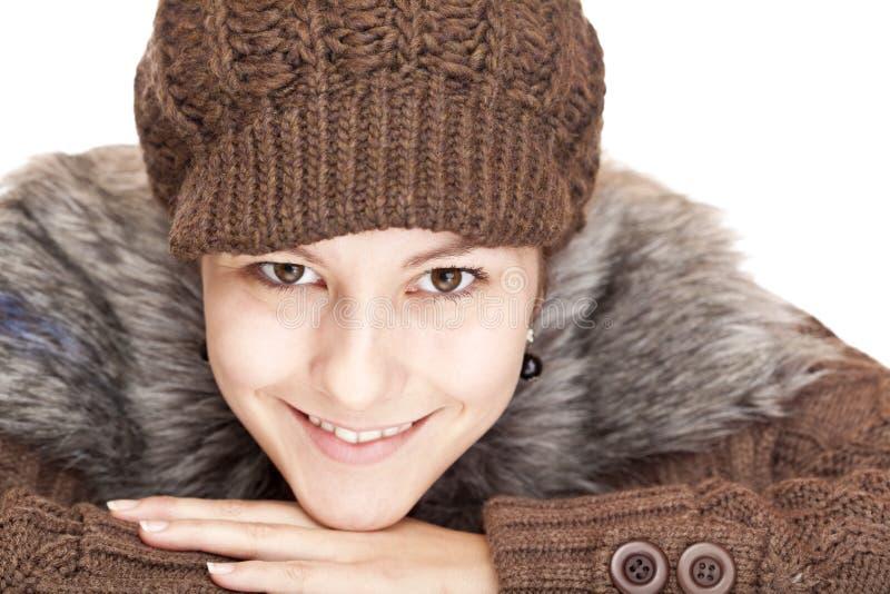 De mooie jonge gelukkige glimlachende vrouw met breit hoed royalty-vrije stock afbeeldingen