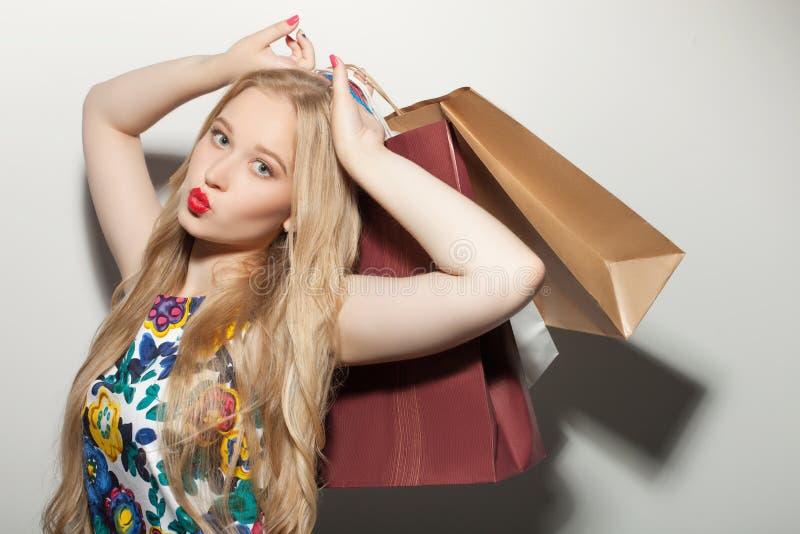 De mooie jonge gezonde meisjesliefdes doen het winkelen stock foto
