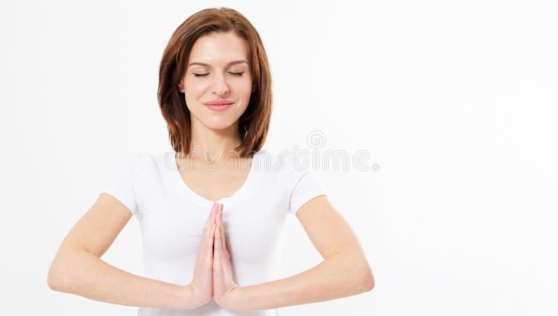 De mooie jonge Kaukasische mooie vrouw, het houden dient namaste of gebed in, die ogen gesloten houden terwijl het uitoefenen van stock fotografie