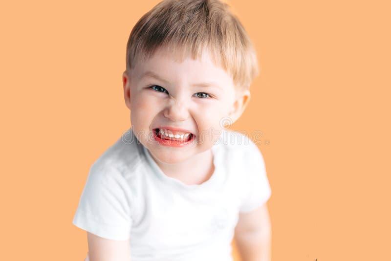 De mooie jonge lach van de jongenspeuter aangezien hij zijn witte tanden toont royalty-vrije stock foto