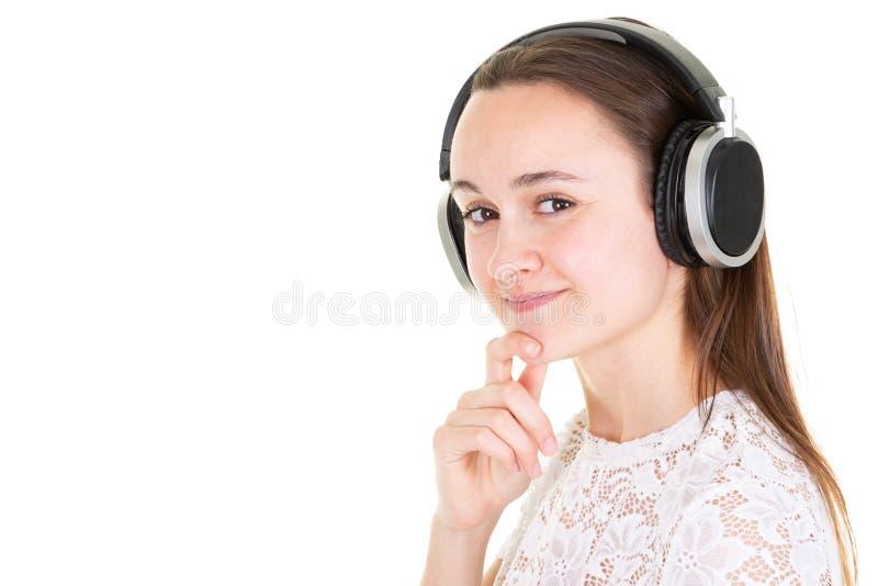 De mooie jonge meisje het luisteren ruimte van het muziek voor lege witte exemplaar stock fotografie