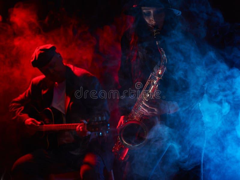 De mooie jonge saxofoon van vrouwenspelen stock foto's